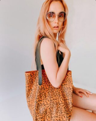 Leopard print vibes ! The gorgeous @liddierowl modelling our mini tote bag .