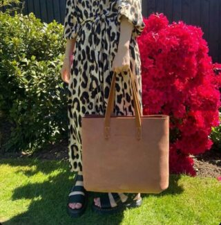Our Amberley tote is a great bag ! Roomy and gorgeous it ages like a fine wine ! Just like my husband ! Thanks to Jenni @its_a_family_life for the lovely photo ❤️